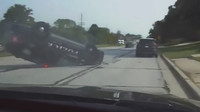 Policejní SUV skončilo po pokusu o PIT manévr na střeše