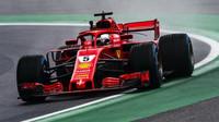 Sebastian Vettel při pátečním deštivém tréninku na Monze