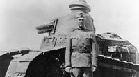 George S. Patton. před tankem Renault FT-17, léto 1918 (Autor: Signal Corps / wikimedia / Public domain)