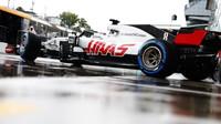 Romain Grosjean při pátečním deštivém tréninku na Monze
