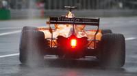 Fernando Alonso při pátečním deštivém tréninku na Monze