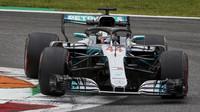 Lewis Hamilton při pátečním tréninku na Monze
