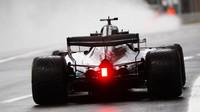Lewis Hamilton při pátečním deštivém tréninku na Monze