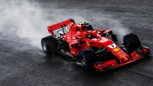 Kimi Räikkönen při pátečním deštivém tréninku na Monze