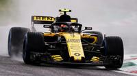 Carlos Sainz při pátečním deštivém tréninku na Monze