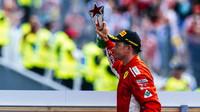 Kimi Räikkönen se svou trofejí po závodě v Monze
