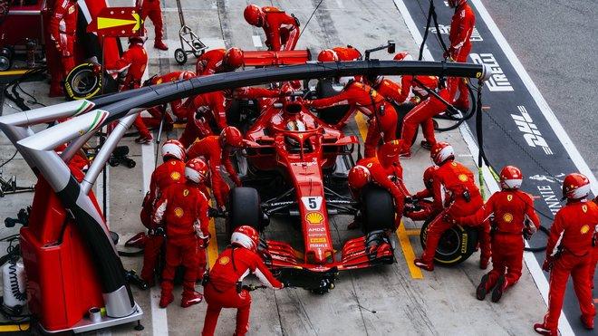 Viděli jste Ferrari v depu či na roštu s ledovým obkladem?