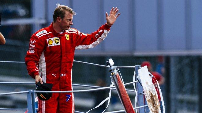 Kimi Räikkönen zdraví na pódiu v Monze své fanoušky