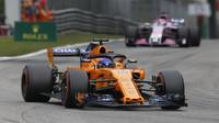 Fernando Alonso v závodě v Monze