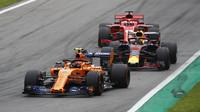 Stoffel Vandoorne, Daniel Ricciardo a Sebastian Vettel v závodě v Monze