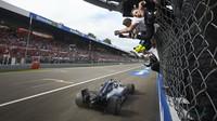 Lewis Hamilton v cíli závodu v Monze