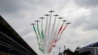 Letecká show před závodem v Monze