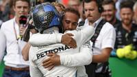 Lewis Hamilton a Valtteri Bottas po závodě v Monze