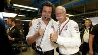 Toto Wollf a Dieter Zetsche se radují z vítězství po závodě v Monze