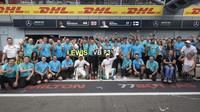 Tým Mercedes po závodě v Monze