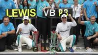 Lewis Hamilton a Valtteri Bottas slaví s týmem po závodě v Monze