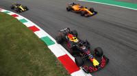 Daniel Ricciardo a Fernando Alonso v závodě v Monze