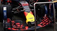 Přední křídlo vozu Red Bull před závodem v Monze