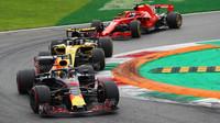 Daniel Ricciardo, Nico Hülkenberg a Sebastian Vettel v závodě v Monze