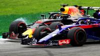 Daniel Ricciardo při předjíždění Pierra Gaslyho v závodě v Monze