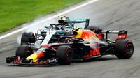 Max Verstappen při předjíždění Valtteriho Bottase v závodě v Monze
