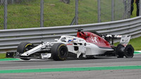 Marcus Ericsson s protrženou zadní pneumatikou v závodě v Monze