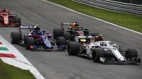 Charles Leclerc, Pierre Gasly a Daniel Ricciardo v závodě v Monze