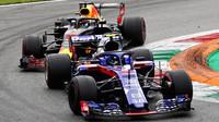 Pierre Gasly a Daniel Ricciardo v závodě v Monze