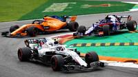 Sergej Sirotkin, Pierre Gasly a Fernando Alonso v závodě v Monze