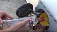 """YouTubeři se pokusili rozchodit vyměnit benzín za vodku, pokus však ztroskotal na špatné volbě """"paliva"""""""