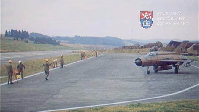 Stáhačky Mig-21 čekají na doplnění paliva na provizorní stojánce po přistání na záložní přistávací dráze, která je součástí dálnice D1