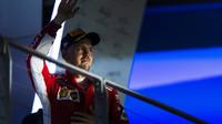 Sebastian Vettel na pódiu v Singapuru, kde skončil třetí
