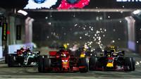 Sebastian Vettel a Max Verstappen při startu závodu v Singapuru