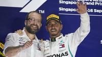 Lewis Hamilton na pódiu po závodě v Singapuru