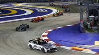Lewis Hamilton za Safety carem v závodě v Singapuru