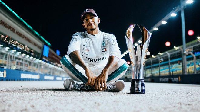 Lewis Hamilton se svou trofejí v Singapuru