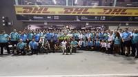 Vítězný tým Mercedes po závodě v Singapuru