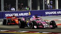 Sergio Pérez a Sebastian Vettel v závodě v Singapuru