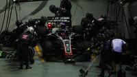 Romain Grosjean v závodě v Singapuru