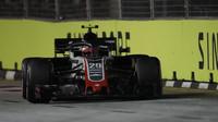 Kevin Magnussen v závodě v Singapuru