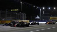 Kevin Magnussen a Brendon Hartley při startu závodu v Singapuru