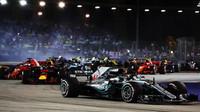 Lewis Hamilton při startu závodu v Singapuru