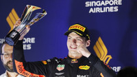 Max Verstappen na pódiu v Singapuru