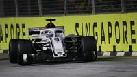 Marcus Ericsson v závodě v Singapuru