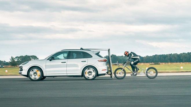 Porsche Cayenne asistovalo při ambiciozním pokusu o překonání rychlostního rekordu na kole