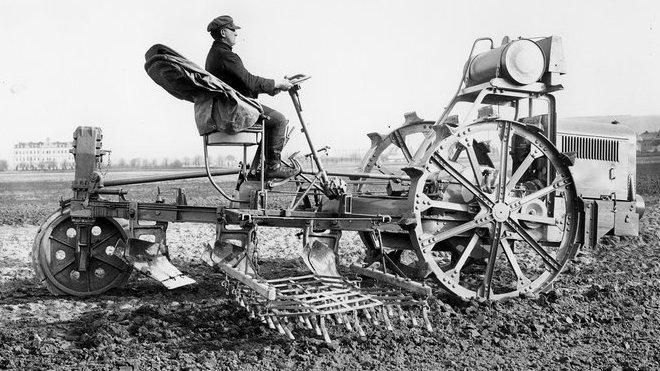Po první světové válce byly v zahraničí z mladoboleslavské produkce nejžádanější motorové pluhy Excelsior, ve 30. letech pak osobní vozy Škoda Popular