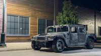 Humvee určený na závodní okruhy? Jeho 900 koní mu dovolí neuvěřitelné kousky - anotační foto