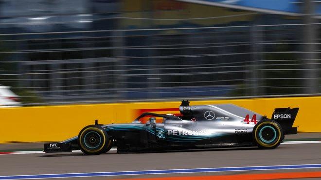 Lewis Hamilton při tréninku v Soči