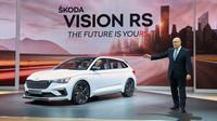 Bernhard Maier, předseda představenstva společnosti Škoda Auto, představil studii Škoda Vision RS na autosalonu v Paříži, 2. října 2018.