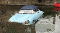 Nešikovný řidič dodávky poslal repliku Porsche 356 do vodního kanálu (Twitter/ @rickyboleto)